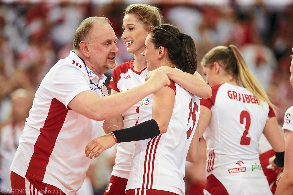 Trener Jacek Nawrocki i polskie siatkarki