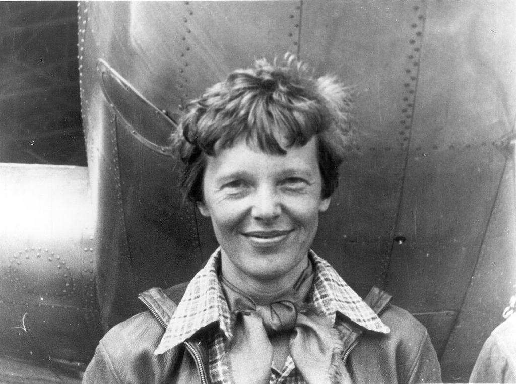 Amelia Earhart w marcu 1937 roku. Z tyłu samolot Lockheed 10-E Electra.