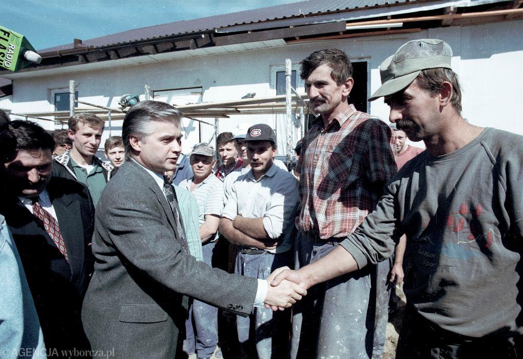 Premier Włodzimierz Cimoszewicz podczas wizyty na budowie nowych domów dla powodzian.