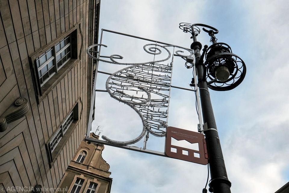 Jakub Głaz: Świąteczne lampuchny, które już wiszą na mieście uzmysławiają, że humor może poprawić nam światło - przyjazne, ciepłe, w odpowiedniej ilości i odmienne od codziennego oświetlenia ulic, nadal kształtowanego bez ładu i składu.