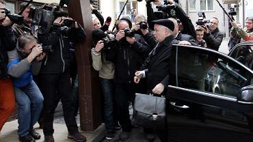 Jarosław Kaczyński w drodze  na posiedzenie sądu partyjnego nad Adamem Hofmanem, Adamem Rogackim Mariuszem A Kamińskim, listopad 2014
