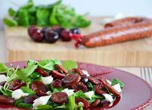 Sałatka z czereśniami, chorizo i mozzarellą - ugotuj