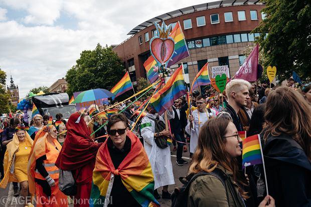 Podczas Trójmiejskiego Marszu Równości przygotowano wizerunek waginy, której zdobienie wielu przypominało feretron lub hostię