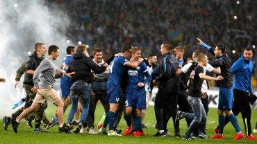 Kibice gratulują piłkarzom za walkę