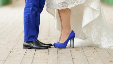 Buty ślubne - jakie wybrać, jak je przerobić i gdzie kupić kolorowe buty ślubne? Zdjęcie ilustracyjne
