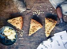 Włoskie ciasto della nonna z budyniem waniliowym i orzeszkami piniowymi - ugotuj