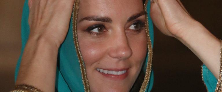 Księżna Kate w stroju od pakistańskiej projektantki. Na głowie miała chustę