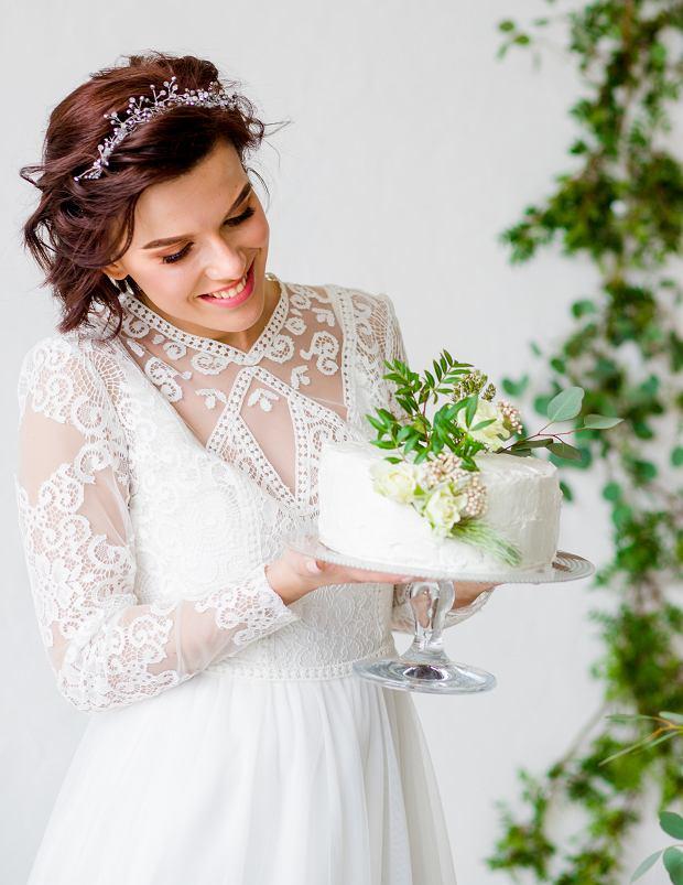Do krótkiej ślubnej fryzury świetnie sprawdzi się diadem