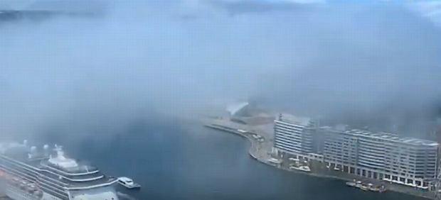 """Wygląda jak dym, ale to niezwykła mgła w Sydney. """"Był gorący dzień i nagle to się stało"""" [WIDEO]"""
