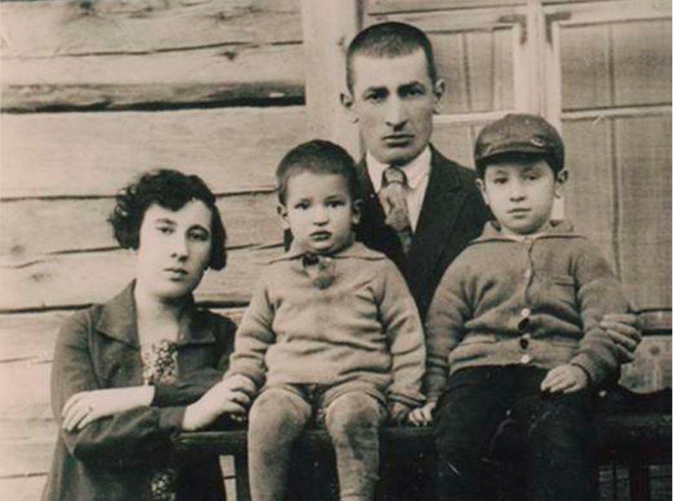 Szimon Peres (pierwszy od prawej) ze swoimi rodzicami Icchakiem i Sarą oraz młodszym bratem Gerszonem, 1928 r. w Wiszniewie, ówcześnie leżącym w województwie nowogródzkim w Polsce (obecnie obwód miński na Białorusi)