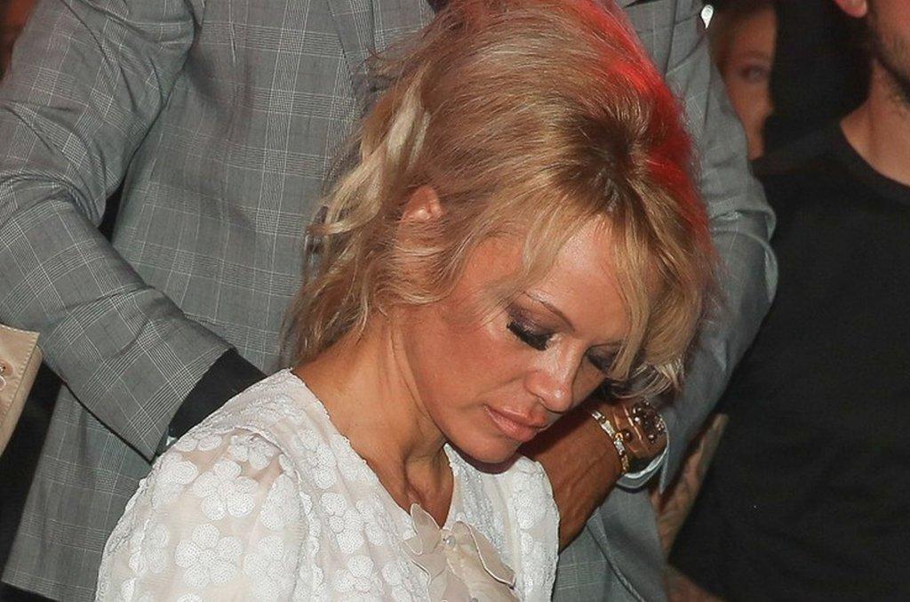 Pamela Anderson w grzecznej sukience, która zasłania wszystko? W tym bardzo konserwatywnym wydaniu wyglądała zmysłowo i elegancko. Niestety, zachowawczy strój nie był wstanie odciągnąć naszej uwagi od jej twarzy. Znowu wygląda nienaturalnie. Sami zobaczcie.