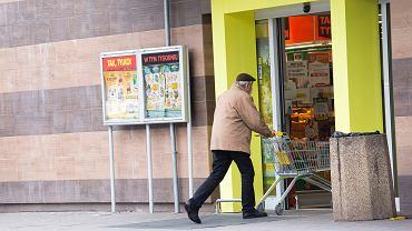 Pandemia koronawirusa. Powrót rządowego 'ukazu' - 'godziny dla Seniora'. Między 10 a 12 zakupy mogą robić jedynie ludzie starsi (60 plus). Wrocław, sklep spożywczy popularnej sieci, 15 października 2020