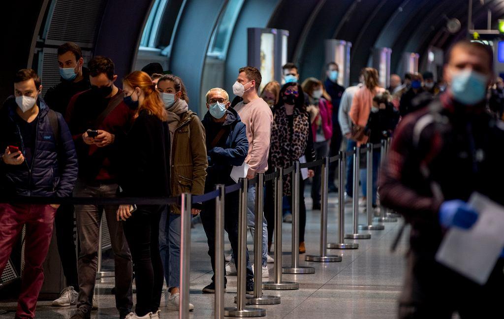 22.10.2020 Frankfurt. Kolejka do punktu pobierania wymazów do testów na obecność koronawirusa.