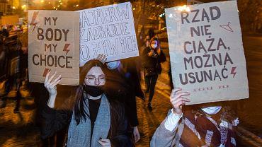 Białystok. Strajk kobiet. Protest przeciwko zaostrzeniu ustawy aborcyjnej . 8 tysięcy ludzi przeszło z transparentami ulicami miasta