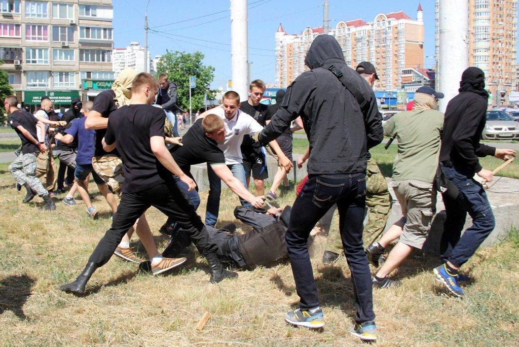 Nacjonaliści atakują policjanta podczas Marszu Równości w Kijowie