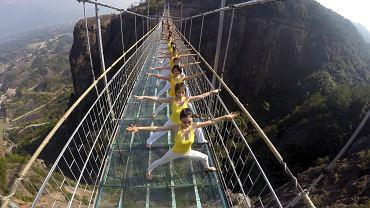 Joginki na szklanym moście w Chinach