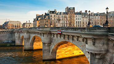 Paryż można zwiedzać na przykład szlakiem mostów