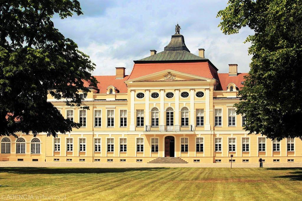 Pierwszy projekt pałacu w Rogalinie utrzymany w stylu barokowym był prawdopodobnie autorstwa Jana Fryderyka Knoebla, ale zmieniono go przy pomocy znanych architektów, m.in. Jana Chrystiana Kamsetzera i Dominika Merliniego.  Główny korpus (powstały w latach 1774-76) przeprojektowano w stylu klasycystycznym. Dwie boczne oficyny łączą się z nim ćwierćkolistymi galeriami wzorowanymi na projektach XVI-wiecznego architekta włoskiego Andrei Palladii.  / FOT. PIOTR SKÓRNICKI