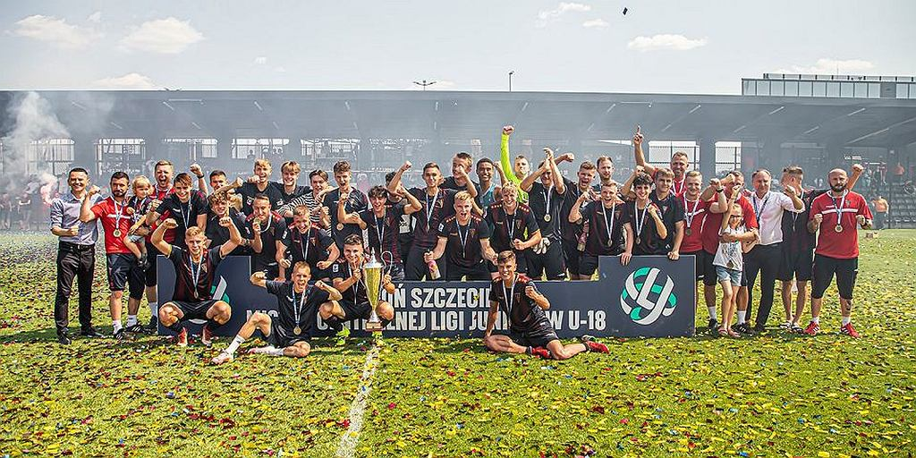 Młodzi piłkarze Pogoni Szczecin po triumfie w Centralnej Lidze Juniorów.