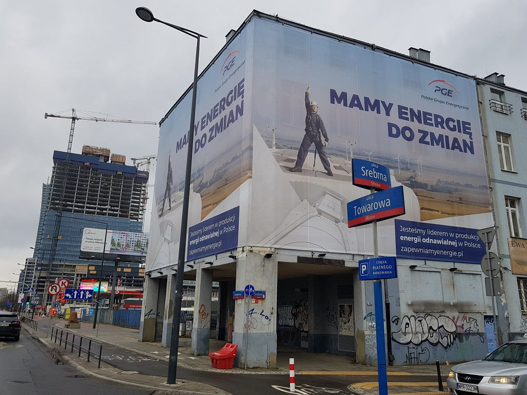 Wielkoformatowa reklama na budynku przy ul. Srebrnej w Warszawie Uchwała krajobrazowa praktycznie uniemożliwiłaby używanie takiej formy reklamy.
