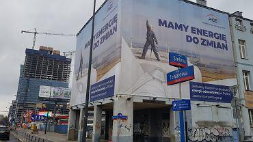Reklama PGE na elewacji budynku przy ul. Srebrnej 16 w Warszawie.