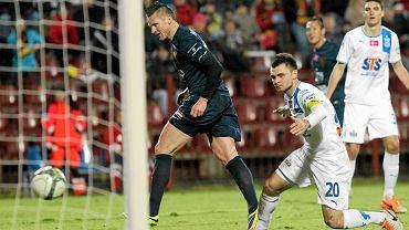 Marcin Robak strzela Lechowi jedną z bramek  w meczu wygranym przez Pogoń 5:1
