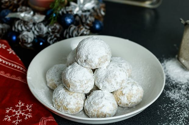 Ciasteczka świąteczne? Śnieżne kule są proste, a jakże efektowne [PRZEPIS]