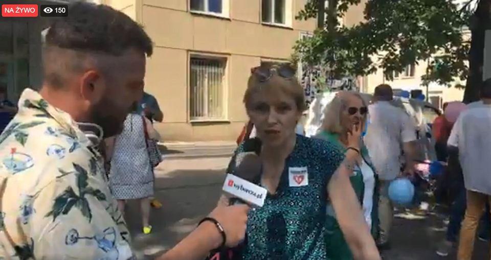 Zdjęcie numer 2 w galerii - Matki stają w obronie prof. Dębskiego i innych lekarzy. Manifestacja przed Szpitalem Bielańskim