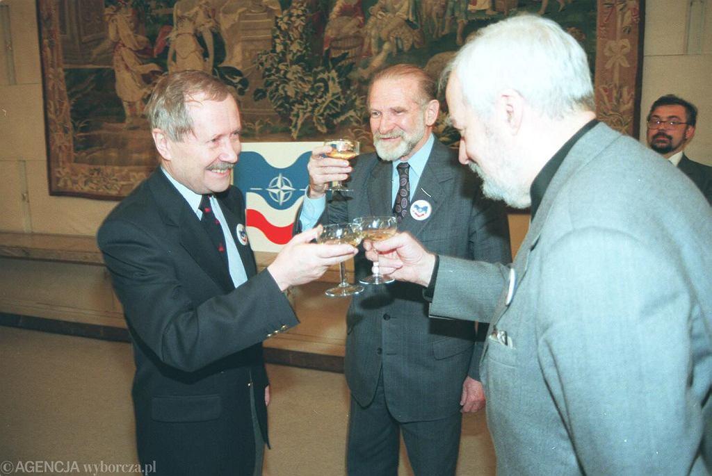Szef MON Janusz Onyszkiewicz i szef MSZ Bronisław Geremek prezentują logo przystąpienia Polski do NATO