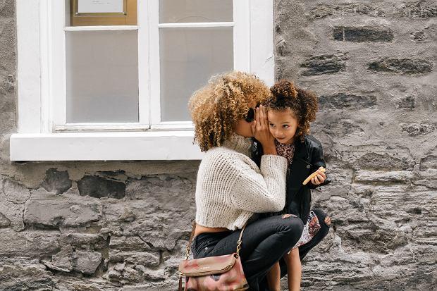 Kłamstwo sprawia, że dziecko traci zaufanie do rodzica, ale też osłabia się jego poczucie bezpieczeństwa