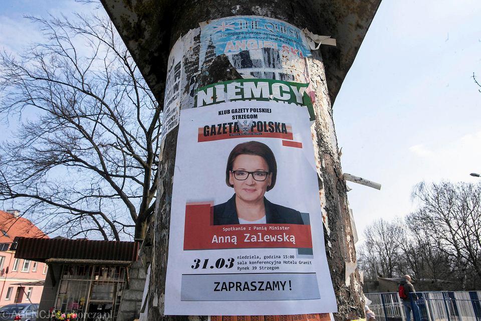 Plakat informujący o spotkaniu z Anną Zalewską w Strzegomiu