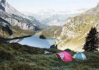 Przygotuj się na nocleg pośród natury! Porządne namioty, karimaty i ciepłe śpiwory