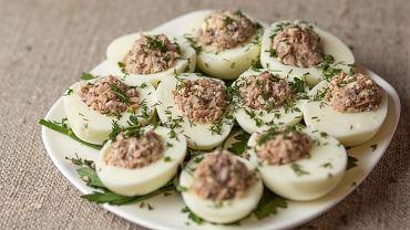 Jajka faszerowane tuńczykiem to ciekawa propozycja na Wielkanoc.