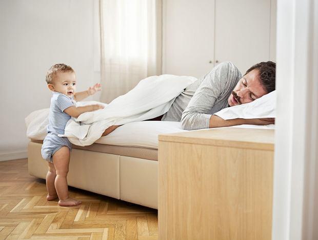 Badania: młode matki są najbardziej niewyspane. Mężczyźni nie słyszą w nocy płaczu dziecka?