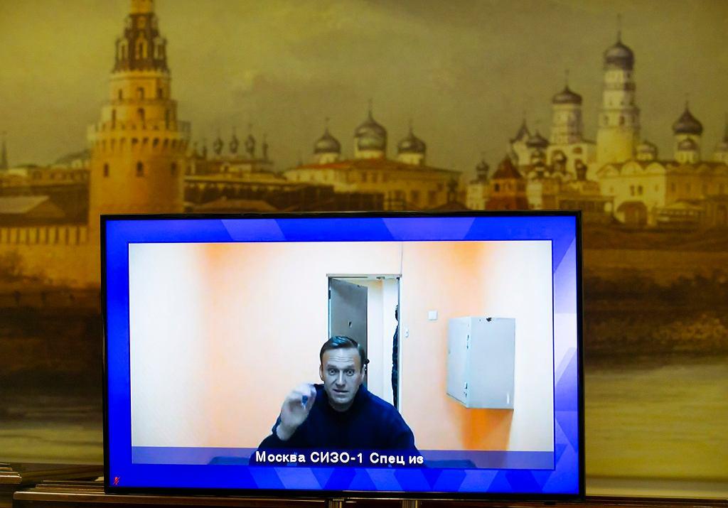 Lider rosyjskiej opozycji Aleksiej Nawalny na ekranie telewizora podczas spotkania na żywo z sądem podczas rozprawy w sądzie w Moskwie w Rosji. 28.01.2021.