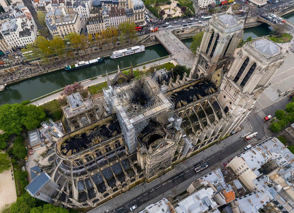 Spalony dach katedry Notre Dame. Paryż, 17 kwietnia 2019 r.