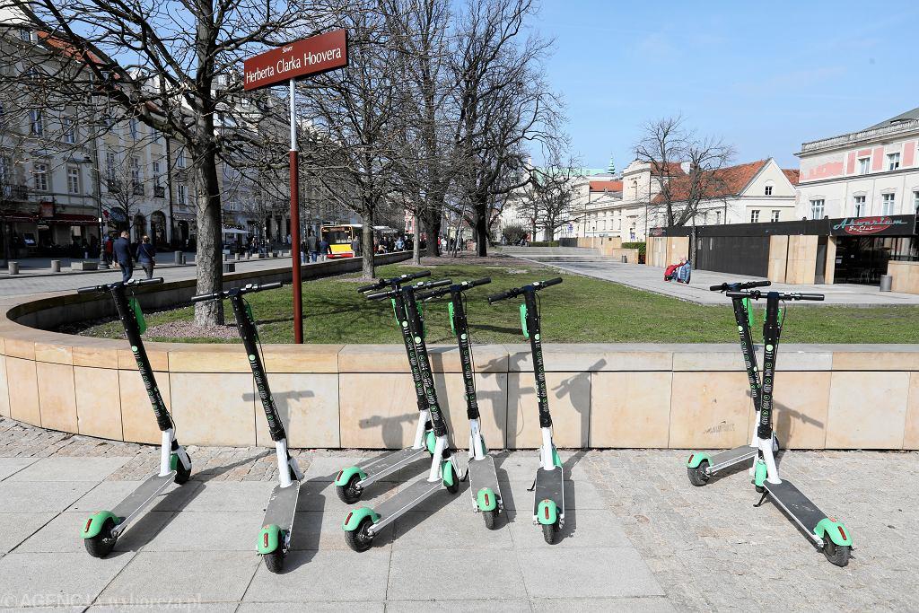 Ministerstwo Infrastruktury zapowiada, że za kilka tygodni pokaże projekt ustawy regulującej poruszanie się na hulajnogach elektrycznych. Tyle, że prace nad tym trwają już od trzech lat. Na zdjęciu: hulajnogi na Krakowskim Przedmieściu. Warszawa, 30 marca 2019