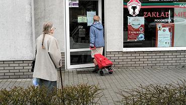 Seniorzy podczas zakupów w Poznaniu. 27 marca 2020 r.
