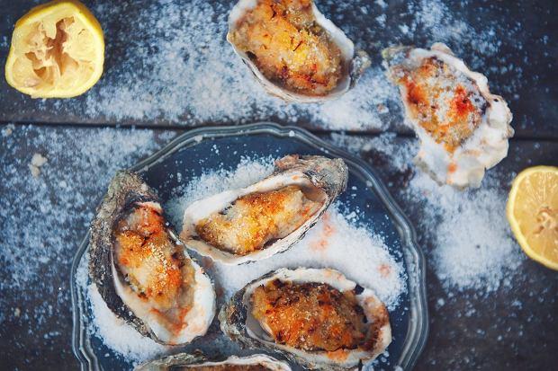 Jak się zabrać za ostrygi? Poradnik plus kilka przepisów z różnych stron świata