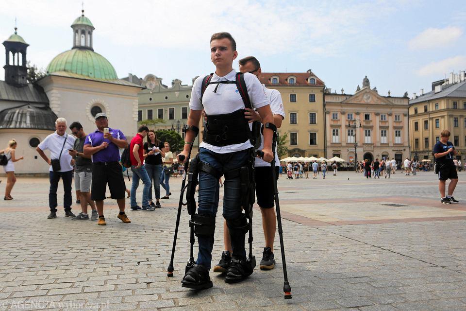 Zdjęcie numer 4 w galerii - Niepełnosprawny spacerował w egzoszkielecie po Rynku Głównym w Krakowie [ZDJĘCIA]