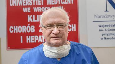 Epidemia koronawirusa. Prof. Krzysztof Simon krytykuje antyszczepionkowców