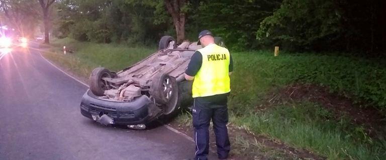 Warmińsko-mazurskie: Kłótnia pary zakończyła się dachowaniem samochodu