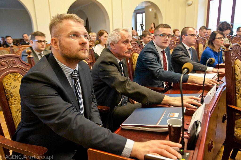 Rafał Piasecki w czasie sesji rady miasta w Bydgoszczy