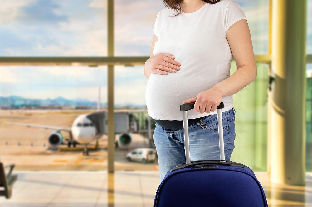 Długa podróż w ciąży, niezależnie od środka transportu, jest obciążająca. Warto mieć na uwadze, że bycie unieruchomioną przez dłuższy czas wiąże się nie tylko ze zmęczeniem, ale i zwiększonym ryzykiem zakrzepowego zapalenia żył.