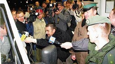 1 maja 2004, przejście graniczne w Kołbaskowie. Dziennikarze przepytują Romana Grzelakowskiego, pierwszego Polaka, który przekroczył granicę w Kołbaskowie na nowych zasadach