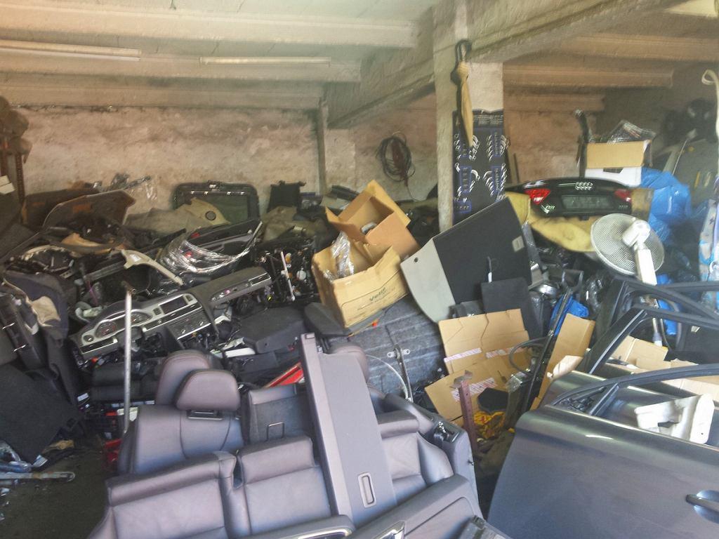 Części samochodowe zabezpieczone przez policję na szrocie