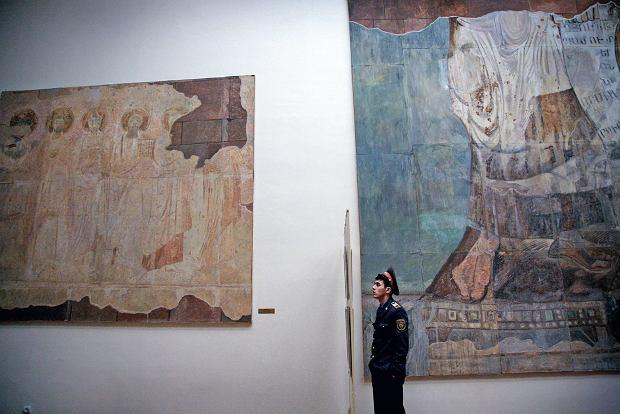 Student Erywan?skiej Akademii Policyjnej na wycieczce po Narodowej Galerii Armenii