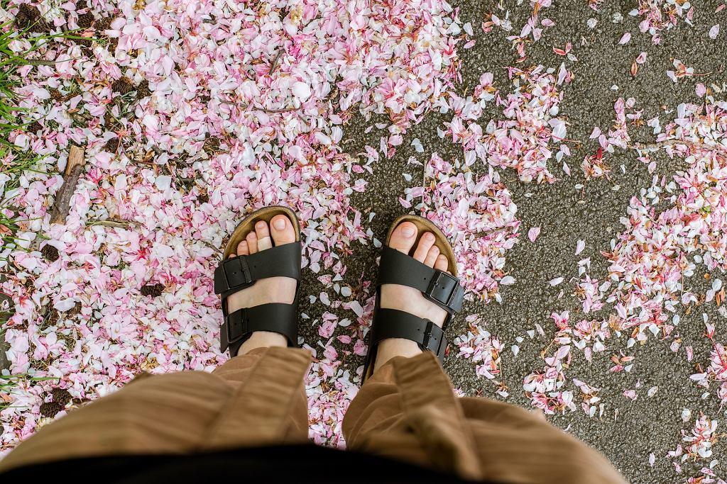 Buty na korku i naturalnych tworzywach