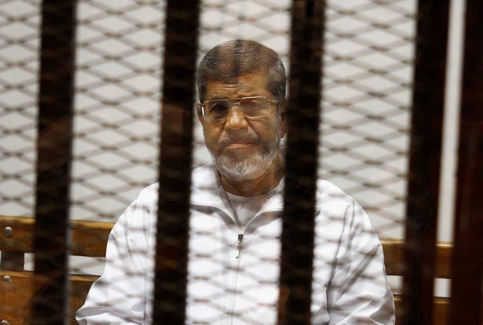 Muhammad Mursi w klatce w kairskim sądzie, zdjęcie z 8 maja 2014 r.