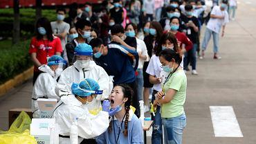 To najbardziej masowe testy epidemiologiczne w historii. Wuhan postanowił przebadać całą ludność liczącą 11 mln mieszkańców i dał sobie na to dziesięć dni. Na zdjęciu kolejka do testów na koronawirusa w dużej fabryce w Wuhanie, 15 maja 2020 r.